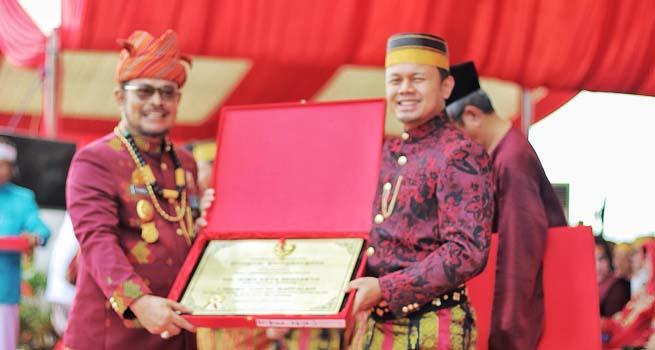 Bima Arya Terima Gelar Warga Kehormatan Sulawesi Selatan 'Siama Daeng Mappaleo'