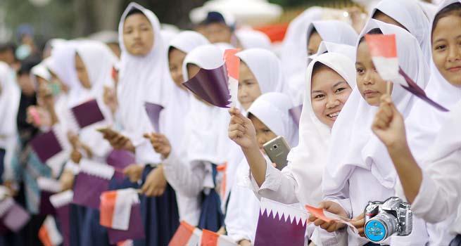 Ratusan Pelajar Sambut Kedatangan Emir Syekh Tamim dari Qatar ke Istana Bogor