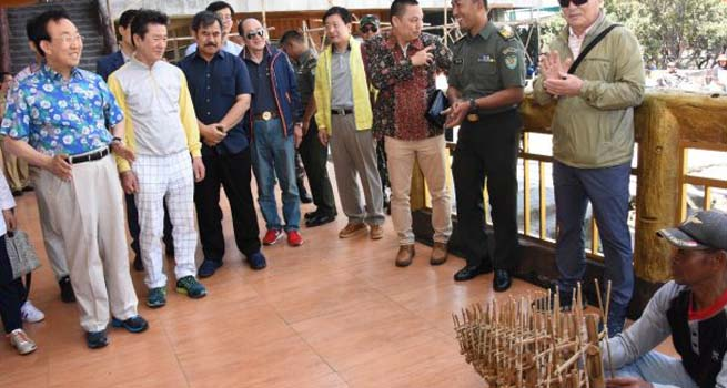 Angklung & Celempung Sambut Kedatangan Gubernur Kim di Gunung Tangkuban Parahu