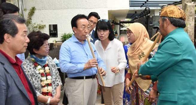 Mengunjungi Dekranasda, Gubernur Gyeongsangbuk-do Mencoba Alat Musik Suling