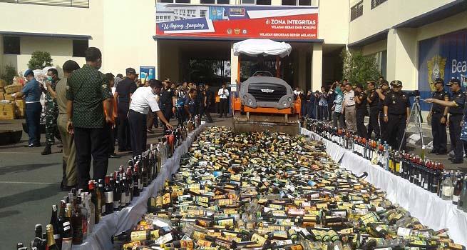 Ribuan Botol Miras dan Barang Ilegal Senilai 1,1 Miliar Dimusnahkan Bea Cukai Bandung