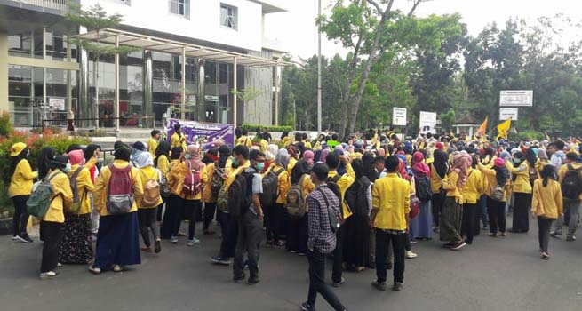Ratusan Mahasiswa Universitas Negeri Semarang Melakukan Aksi Minta Uang Pangkal Dihapuskan