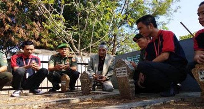 Afamidi dengan TNI AD Bersihkan Makam Penyiar Teks Proklamsi di Bergota Semarang