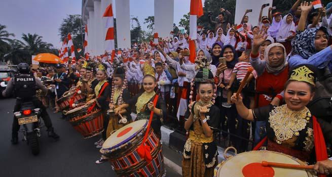 Tarian Tunggul Kawung dan Marching Band Cilik Sambut Kirab Obor Asian Games