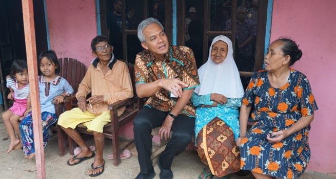 Gubernur Ganjar Lihat Rumah Kusnari yang Tidak Layak Huni