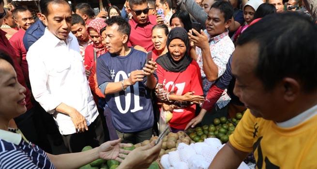 Ganjar Dampingi Jokowi Sarapan Soto Pak Man dan Borong Sawo Pasar Karangayu