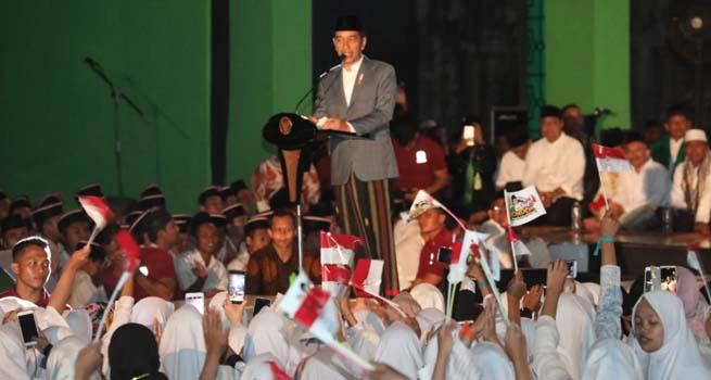Puluhan Ribu Santri Putihkan Benteng Vastenburg Surakarta